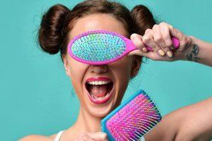 Haarbüsten und Kämme für verschiedene Haartypen