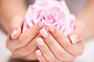 Worin besteht die richtige Pflege der Hände und der Nägel?