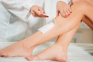 Haarentfernung mit Wachs Schritt für Schritt. Bereiten Sie die Beine für den Sommer vor!